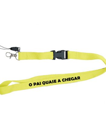 O-Pai-quase-a-Chegar-lanyard_amarelo-personalizada-estampagem-fita-pescoso-Aveiro-impressao-Anadia-Portugal-Coimbra-brinde